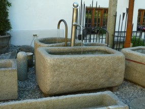 Brunnen mit Edelstahlsäule